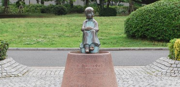 公園の中心にある「赤い靴はいた女の子」の像