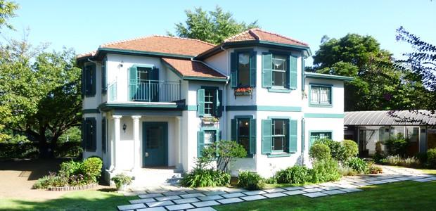白い壁とミントグリーンの窓枠